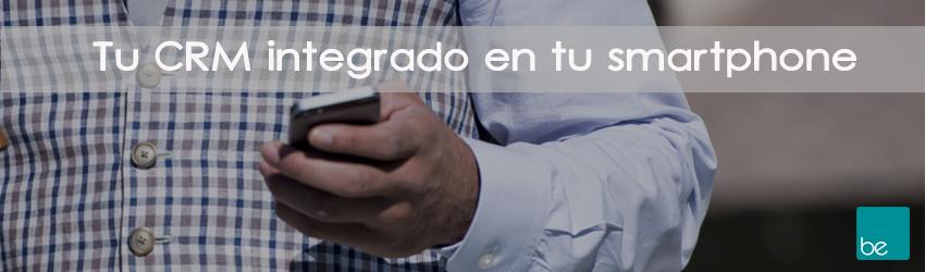 Comercial usando el CRM beyond up en su teléfono móvil